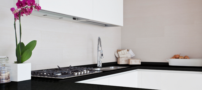 Black and white kitchens in natural stone: a timeless trend