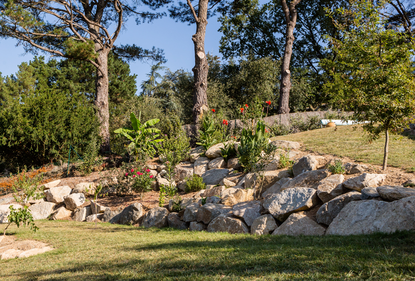 Boulder rocks for retaining walls